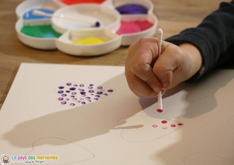 Peindre des coeurs avec un coton-tige