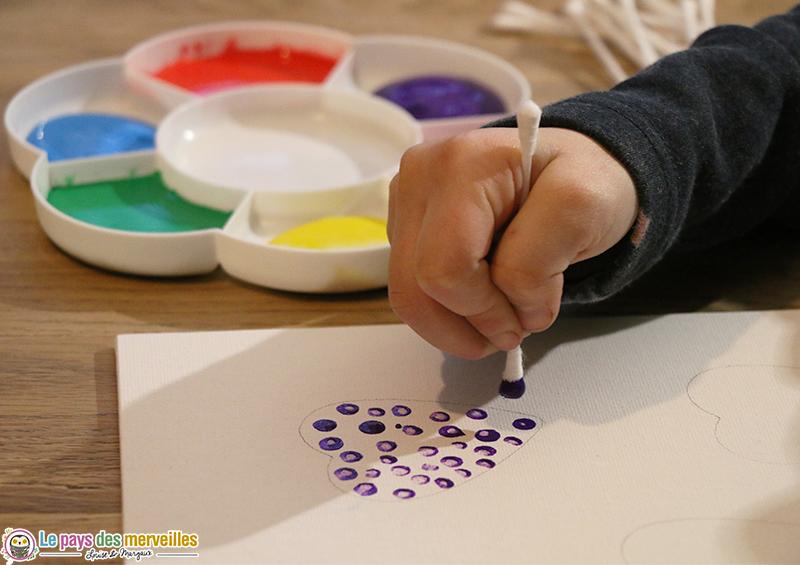 Peindre des points avec un coton-tige