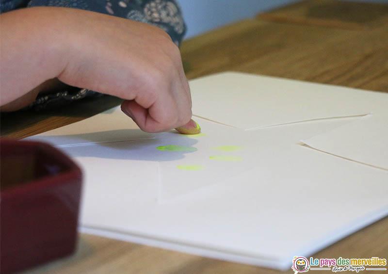 Peindre une étoile avec les doigts
