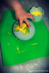 peindre sur un galet avec les doigts