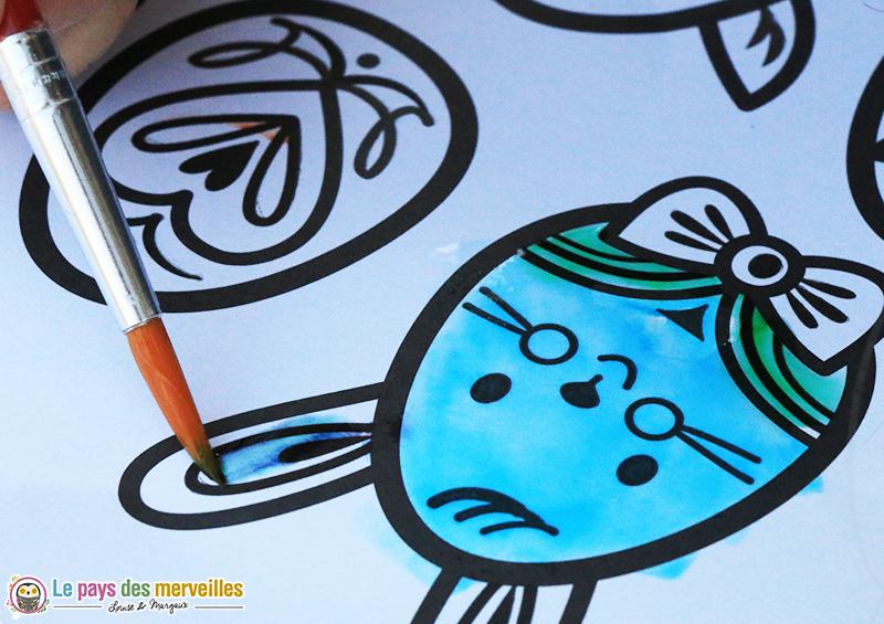 pinceau qui révèle les couleurs d'une peinture magique à l'eau