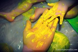 peinture jaune sur les mains