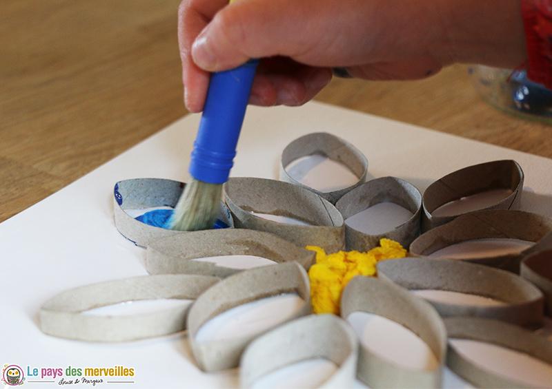 Peinture pailletée sur rouleau de papier toilette