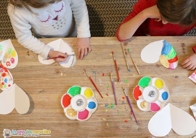Bricolage coeurs en symétrie et en peinture