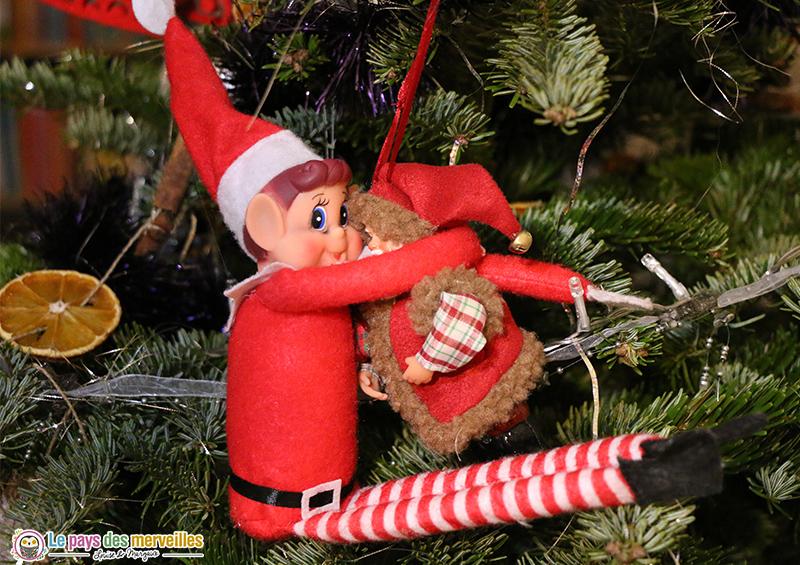 lutin qui fait un calin au Père-Noël