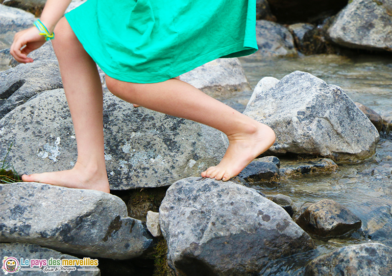 Pied d'enfant sur des rochers dans l'eau