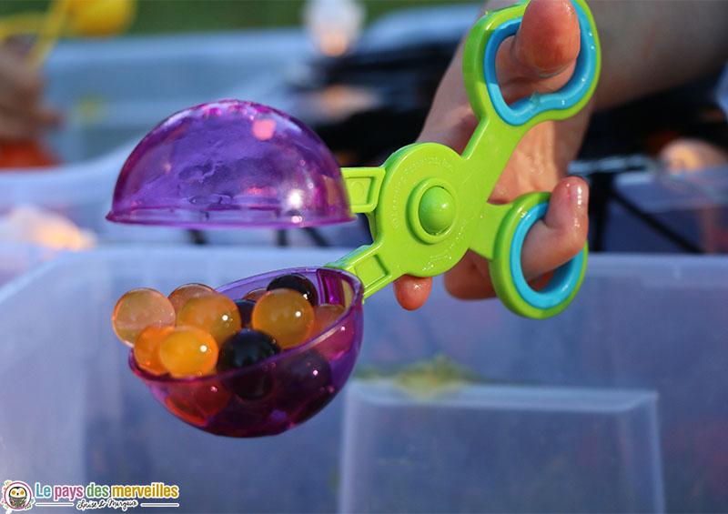 Pince boule pour activité avec des perles d'eau