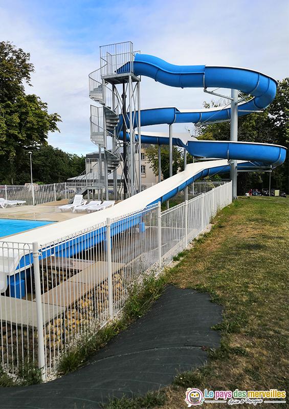 piscine extérieure chauffée avec toboggan