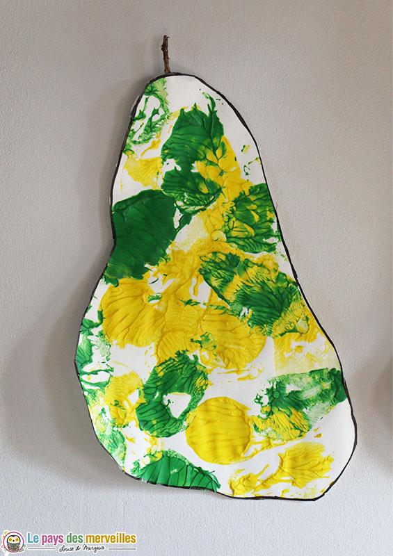 Poire en peinture peinte avec l'empreinte d'un fruit