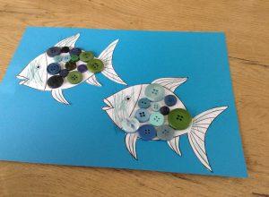 Collage de boutons sur des poissons