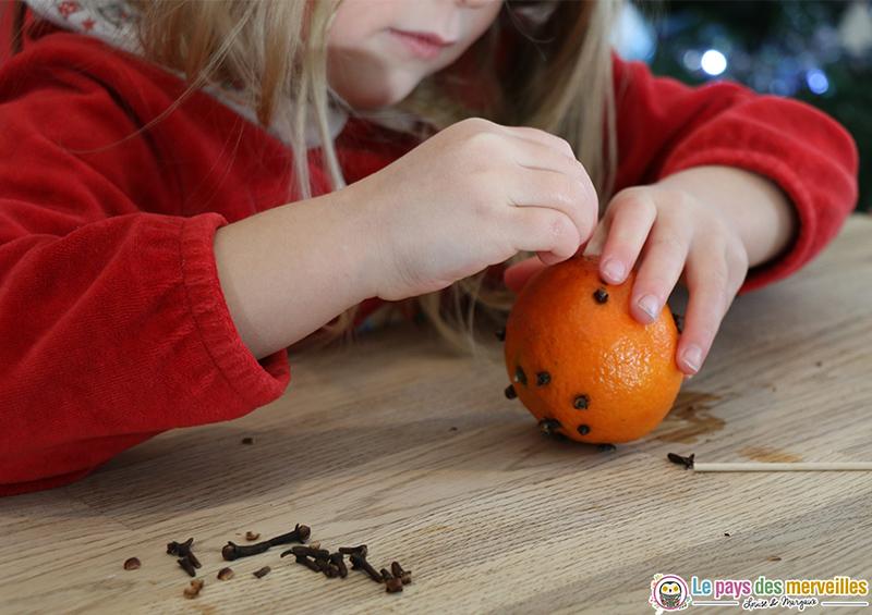 orange et clous de girofle pour exercer la motricité fine