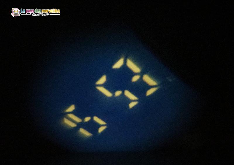 projection de l'heure au plafond la nuit