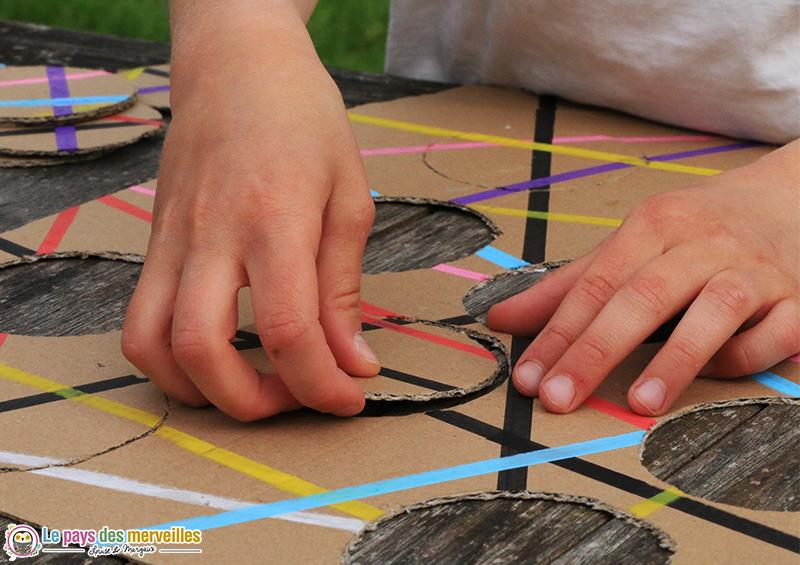 placer des pièces de puzzle en carton