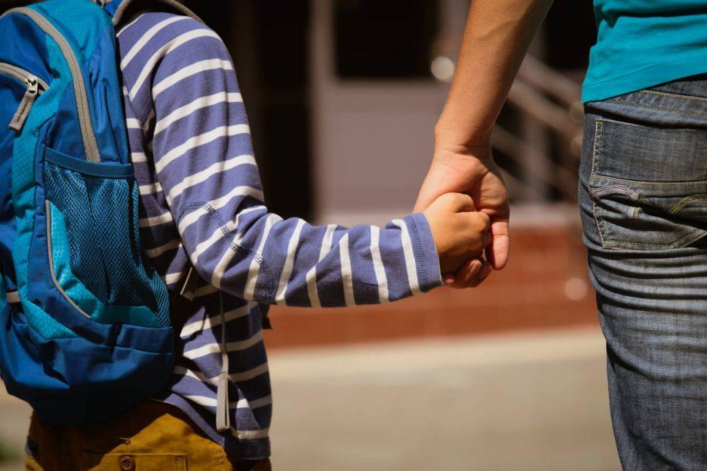 adulte et enfant main dans la main