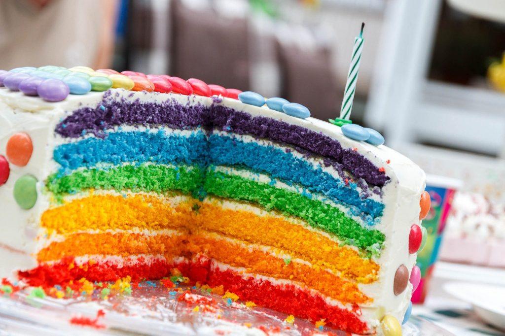 décoration d'anniversaire colorée avec un rainbow cake