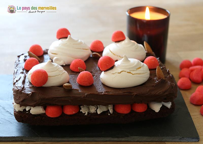Gateau décoré de fraises Tagada et meringue