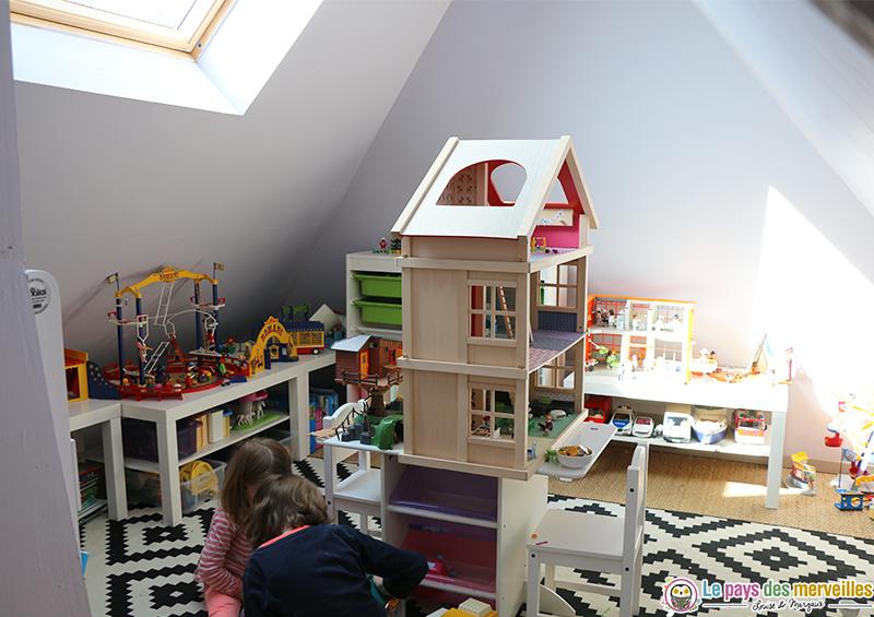 Aménagement espace Playmobil dans la salle de jeux