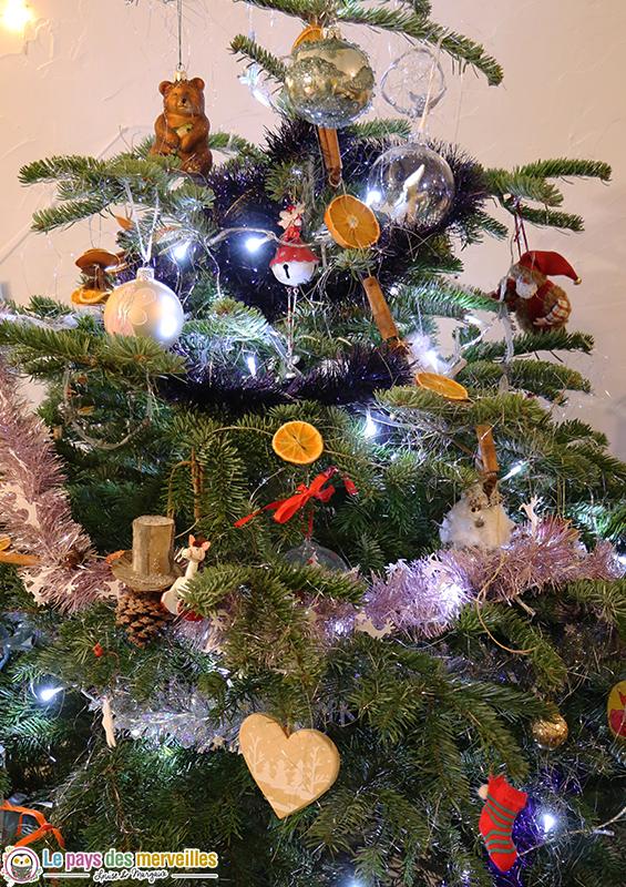 Sapin de Noël avec des décorations naturelles