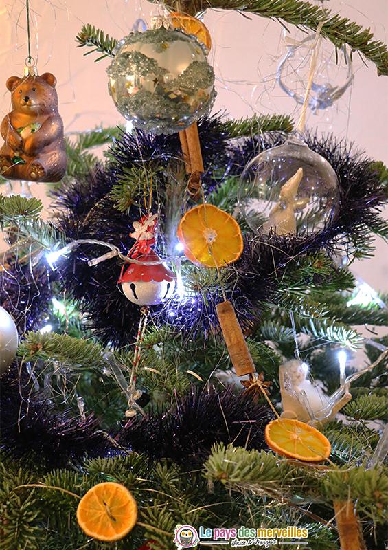 Guirlande d'oranges séchées dans le sapin de Noël