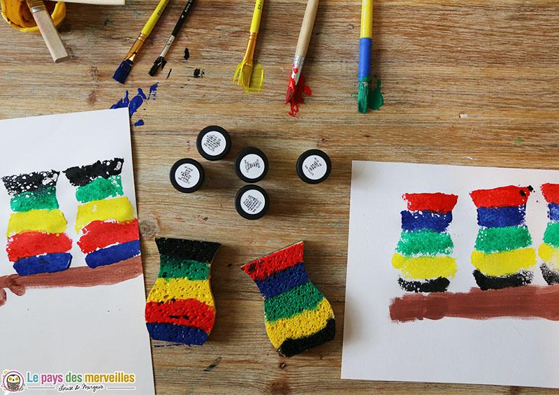 Activité manuelle de peinture avec une éponge