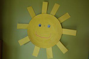 soleil avec une assiette en carton