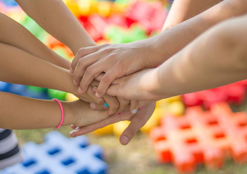 mains enfants les unes sur les autres