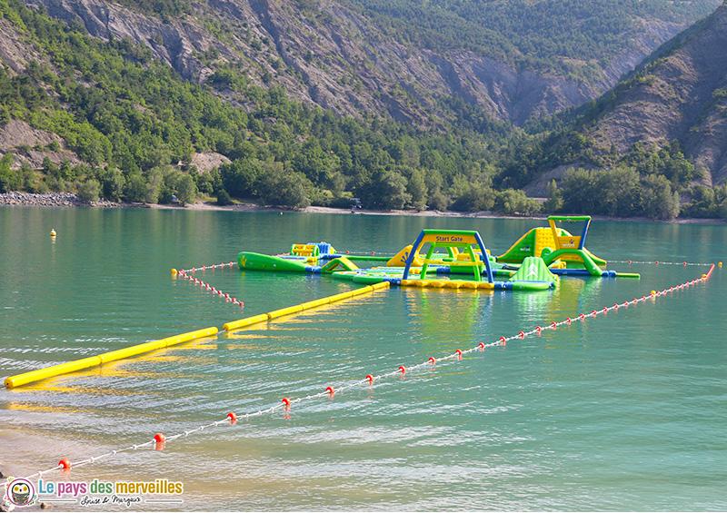 Structure gonflable sur le lac de Serre-Ponçon
