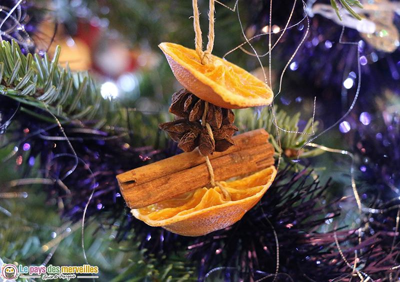 Suspension de Noël réalisée avec des oranges séchées, de la cannelle et de l'anis étoilé
