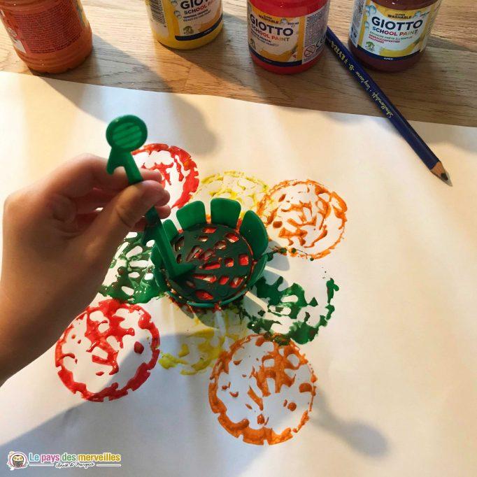 peindre avec les empreintes d'un panier à cornichons