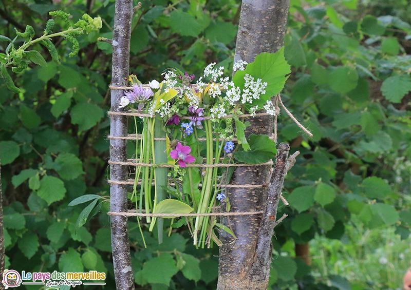tissage végétal avec des cordes nouées entre deux arbres