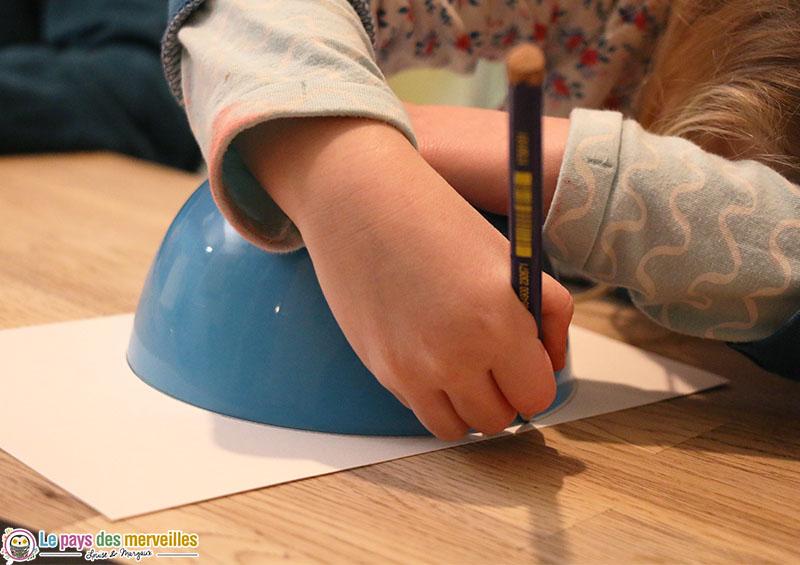 Dessiner un cercle en faisant le contour d'un bol