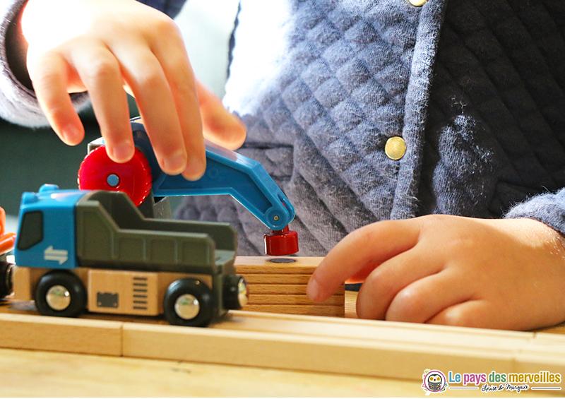 Train en bois de la marque Brio et ses accessoires