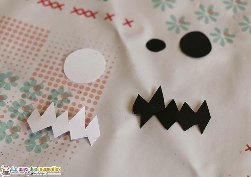 Visage en papier pour monstre en empreintes de mains